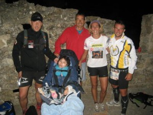 Maria con Marcos, Roser, Victor, Josele, meta del Doble Ironman